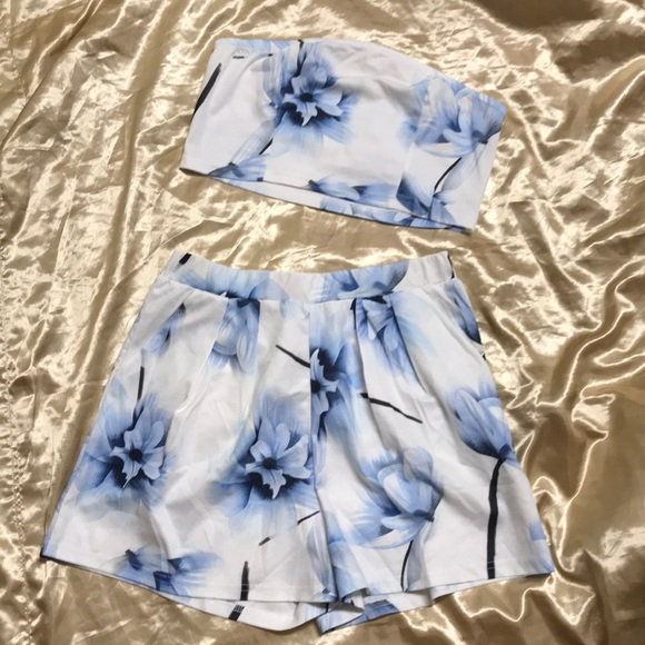 thrive island Tops - Two Piece Set - White, Blue Flowers Size L